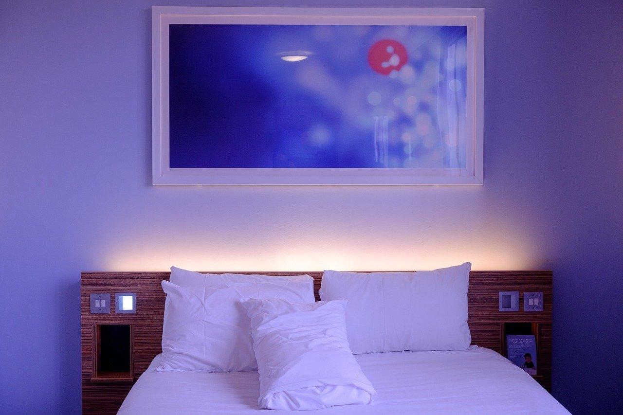 Półka z oświetleniem do sypialni