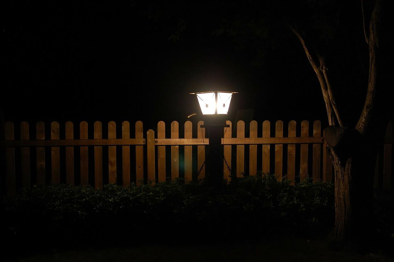 Lampy ogrodowe solarne duże czyli jak wybrać lampę solarną?