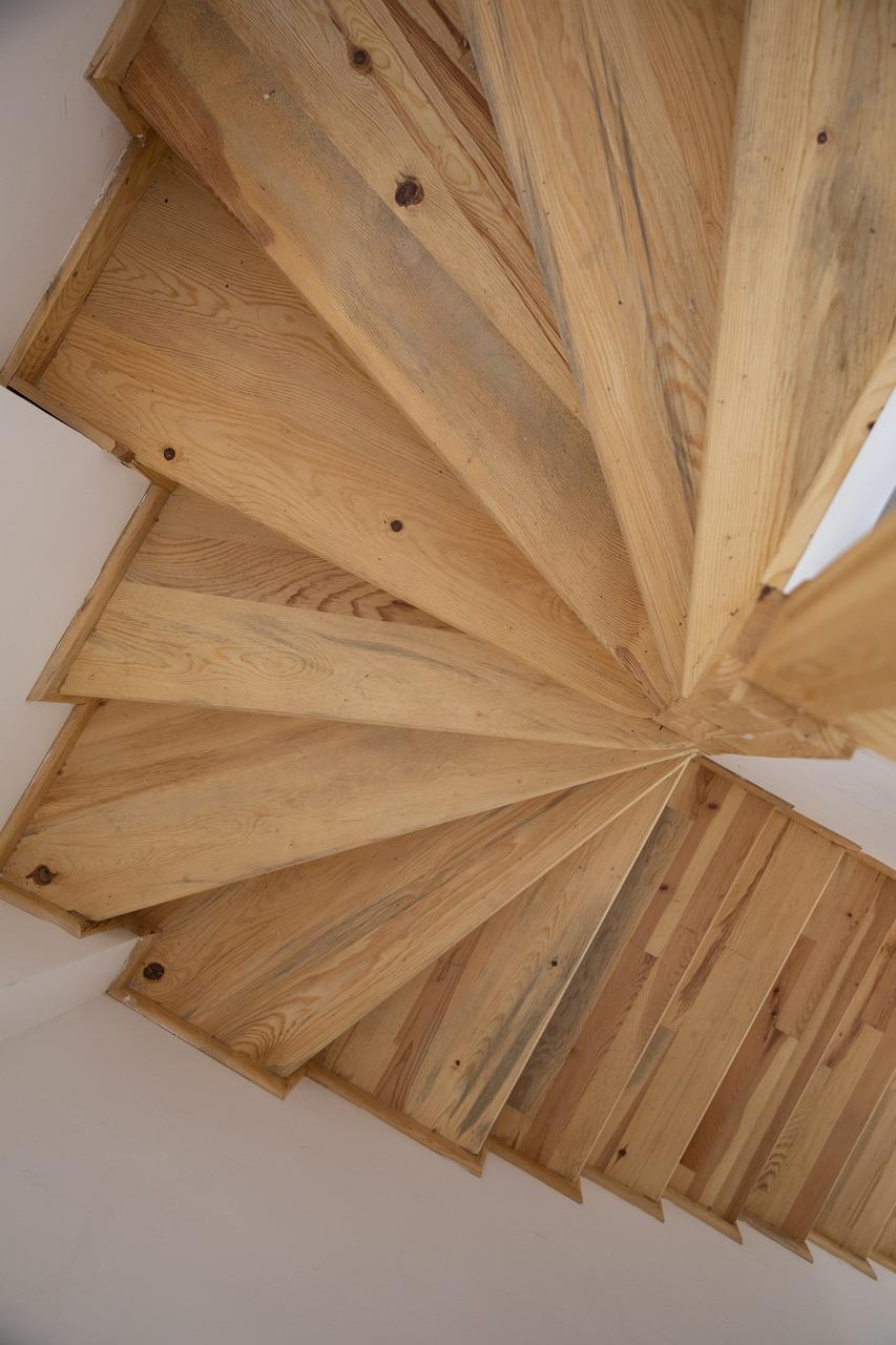 Jak oświetlić schody? Kinkiety?